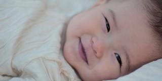 微笑む赤ちゃん