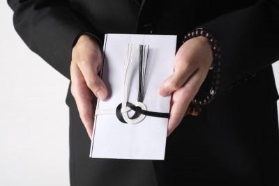 香典を持つ女性の手