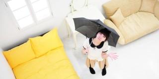 家の中で傘をさしている少女
